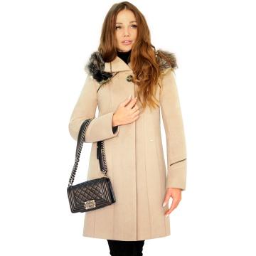 Beżowy zimowy płaszcz...
