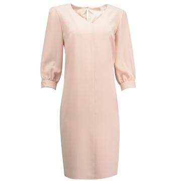 Różowa sukienka z dekoltem...